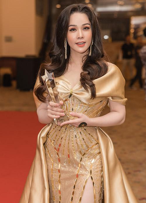 Cô hạnh phúc khi được trao giải Nữ diễn viên của năm tại sự kiện tối 25/7. Vai diễn Thị Bình trong Tiếng sét trong mưa do Nhật Kim Anh thể hiện để lại dấu ấn khó quên trong lòng khán giả.