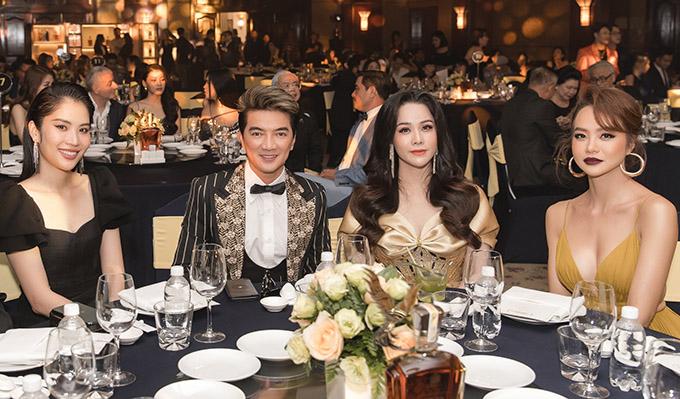 Nhật Kim Anh ngồi cùng bàn tiệc với hoa khôi Nam Em, ca sĩ Đàm Vĩnh Hưng và MC Kiều Ngân.