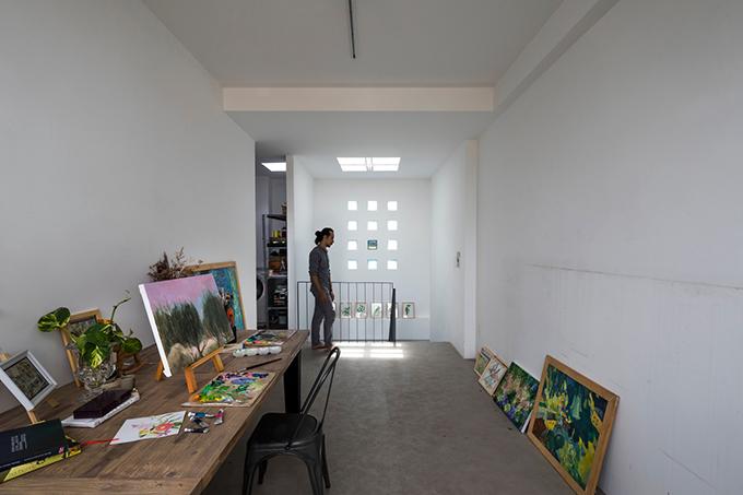 Phòng tranh có các ô cửa nhỏ, giếng trời để đón nắng.