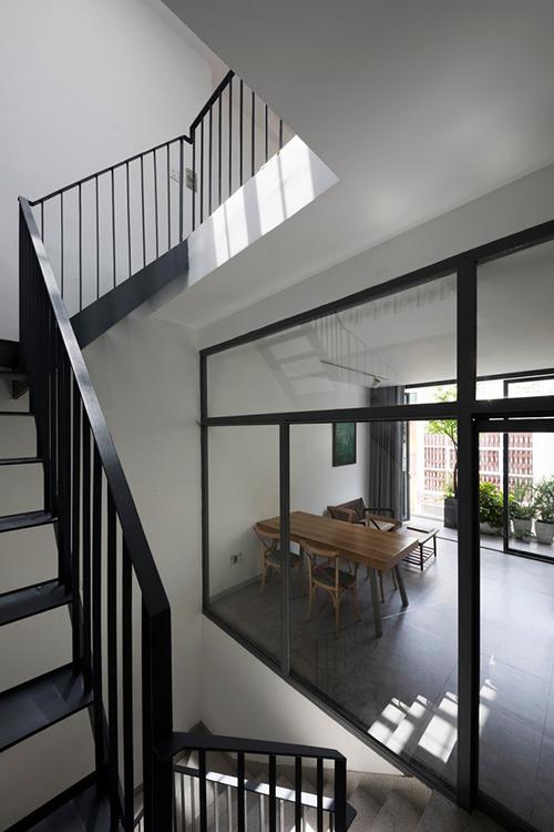 Phòng ăn, bếp của gia đình không sử dụng tường gạch mà chọn vách kính làm tăng tương tác giữa các thành viên gia đình.