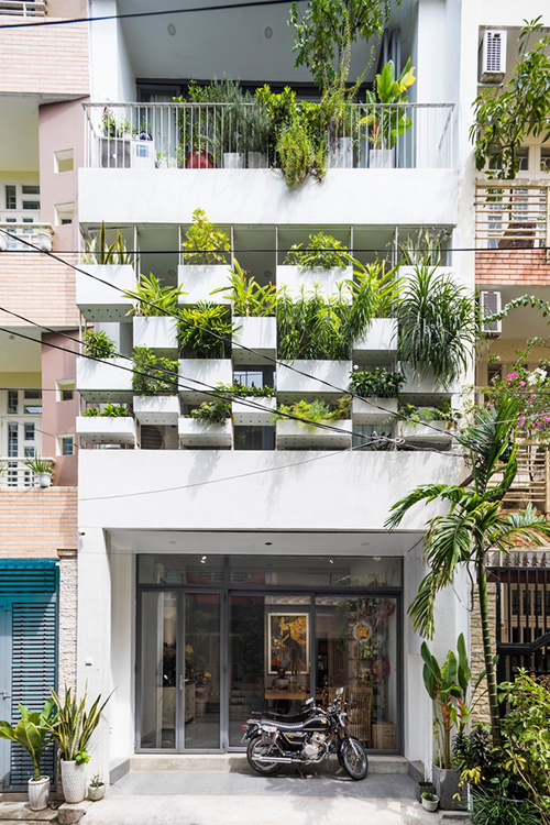 Căn nhà ở TP HCM có tổng diện tích 162 m2, được hoàn thiện năm 2017 bởi SPNG Architects.