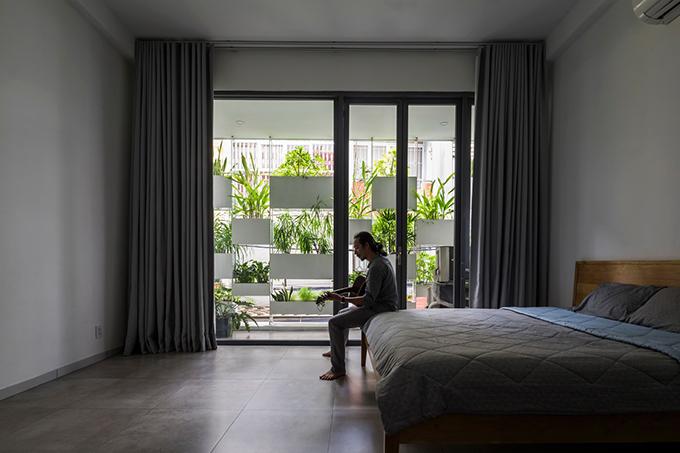Tất cả các phòng trong nhà đều có thể thấy được vườn cây phía bên ngoài.