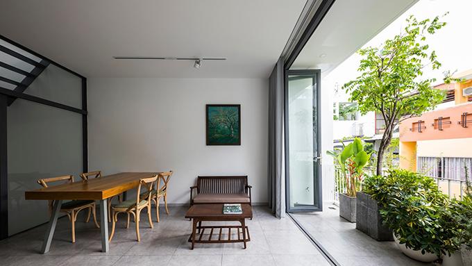 Bên ngoài ban công phòng ăn là nhiều loại cây cảnh giúp gia chủ có được sự thư giãn.