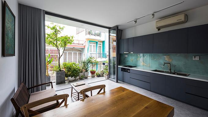 Bếp ăn bố trí cạnh bàn ăn. Nơi này được hạn chế nội thất giúp nhà cửa gọn gàng.