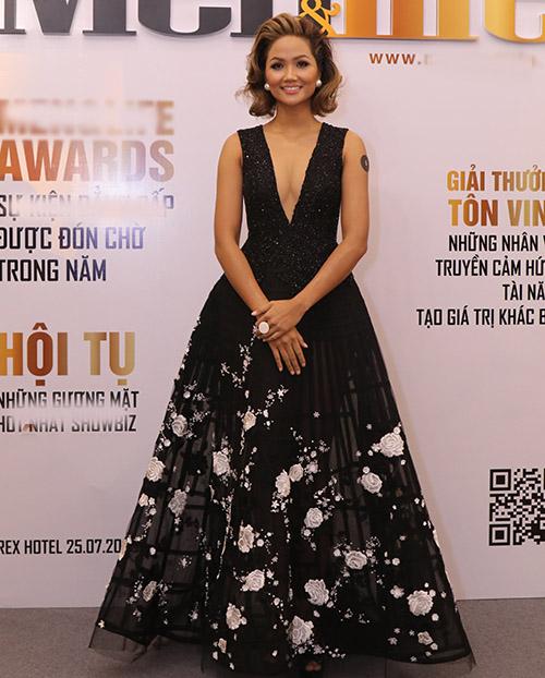 Hoa hậu HHen Niê khoe ngực đầy với thiết kế xẻ cổ sâu.