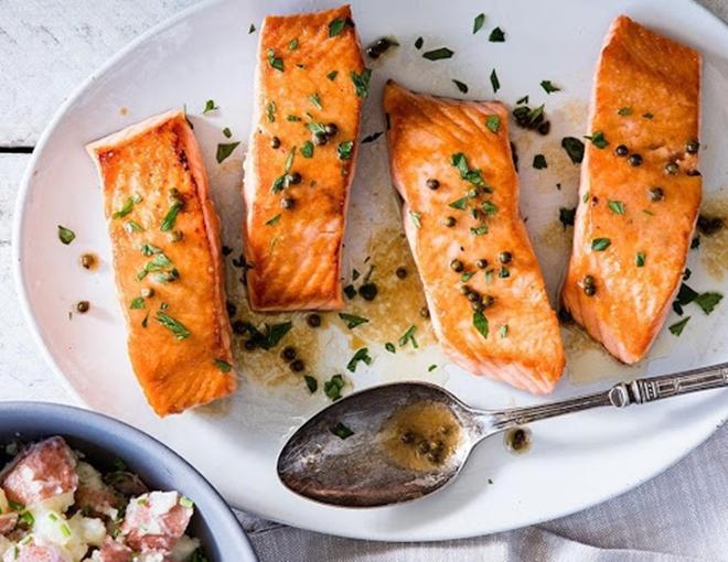 Ngoài thịt ức gà, các loại cá như cá hồi, cá ngừ cũng cung cấp hàm lượng lớn protein và axit béo lành mạnh cho cơ thể.
