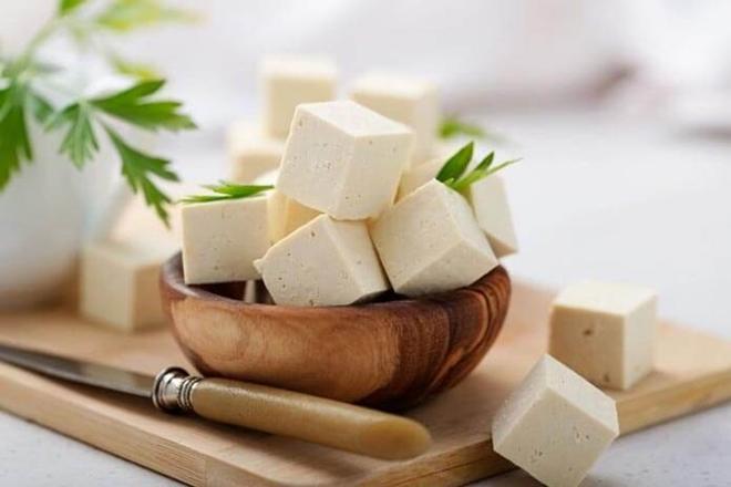 thực phẩm có lượng calo thấp, hàm lượng protein cao mang lại cảm giác nhanh no. Bên cạnh đó, trong đậu phụ còn có chứa hàm lượng lớn protein, canxi, vitamin E và không chứa cholesterol nên rất tốt cho sức khỏe, giúp giảm cân và ngăn ngừa lão hóa.