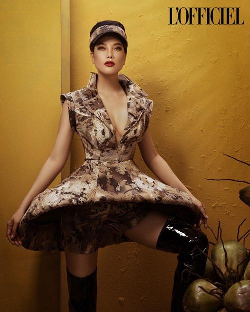 Ngoài phong cách trang điểm lộng lẫy, biểu cảm ấn tượng của Ánh, họa tiết hoa và động vật cũng tạo nên hình ảnh một phụ nữ mạnh mẽ và tự tin, LOfficiel viết.