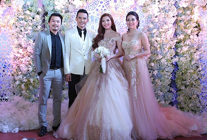Lê Khánh mặc váy ton-sur-ton với cô dâu Thúy Diễm, khiến cô vướng tranh cãi.