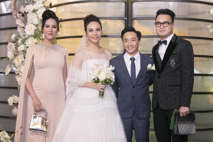 Diệp Lâm Anh diện đầm kết hợp áo choàng cape, tôn lên ngoại hình trong ngày vui của bạn thân Đàm Thu Trang. Nhưng khi đặt trong không gian tiệc cưới, nhiều ý kiến cho rằng chiếc váy của cô quá mức lộng lẫy.