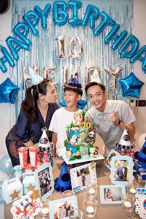 Hai vợ chồng tổ chức sinh nhật mừng tuổi lên 10 của Subeo. Bé vui vẻ khi được nhận nhiều lời chúc mừng, tận hưởng giây phút hạnh phúc bên người thân, bạn bè.