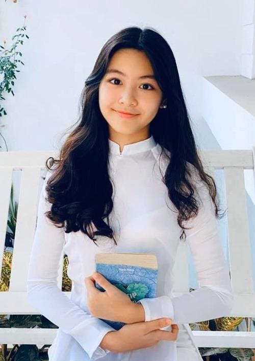 Con gái đầu lòng của Quyền Linh có tên biệt danh ở nhà là Lọ Lem, còn tên thật của em là Mai Thảo Linh, vừa tròn 14 tuổi cách đây ba tháng, đã cao hơn 170 cm và được nhiều người yêu mến em kỳ vọng là hoa hậu tương lai. Em đang là học sinh trường quốc tế, nói tiếng Anh tốt và đạt nhiều thành tích cao trong học tập.