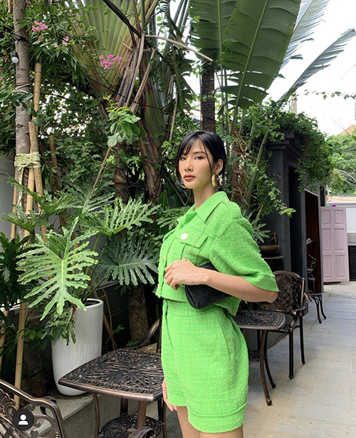 Hoàng Thuỳ trẻ trung với suit ngắn mùa hè. Cách diện áo jacket cùng short được nhiều tín đồ thời trang Việt ưa chuộng ở mùa hè 2020.