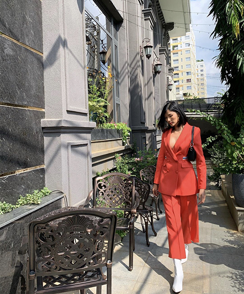 Mốt mặc suit ra phố được Hoàng Thuỳ thể hiện đa dạng với nhiều mẫu trang phục thịnh hành. Đồng thời, tông màu tươi sáng luôn gắn liền với hình ảnh của cô.