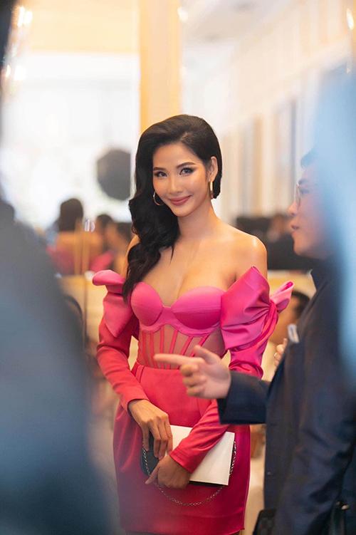 Diện váy hồng cánh sen, khoe vai trần tới tham dự tiệc cưới Thuý Vân khiến Hoàng Thuỳ mang tiếng chơi trội. Tuy nhiên, fan trung thành của Hoàng Thuỳ đều biết, cô luôn chuộng màu sắc sặc sỡ.