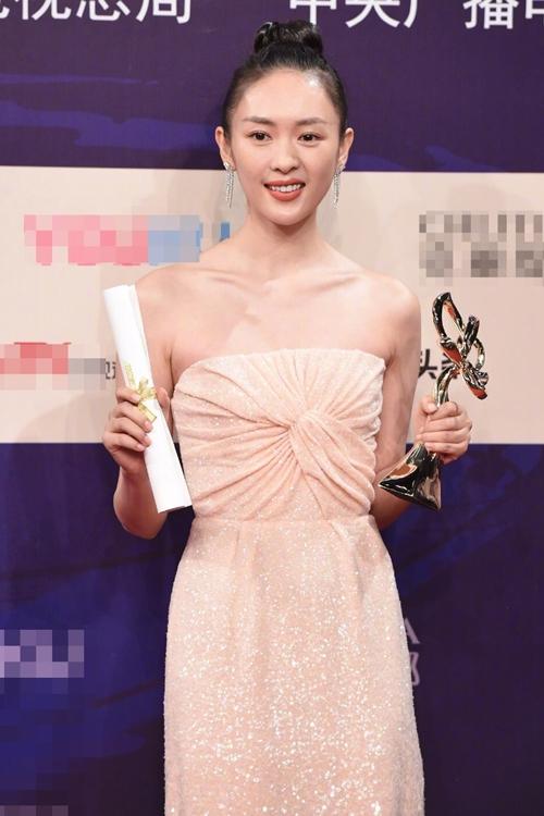 Năm ngoái, Đồng Dao thắng giải Nữ diễn viên phụ xuất sắc tại lễ trao giải Bạch Ngọc Lan, nhờ vai diễn trong phim Đại giang đại hà.