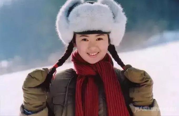 Năm 2004, khi đang là sinh viên năm nhất của Học viện Hý kịch trung ương Trung Quốc, Đồng Dao nhận được vai diễn đầu tay trong phim truyền hình Lâm hải tuyết nguyên và nhận phản hồi khá tốt. Hồi đó, gương mặt cô còn bầu bĩnh và non nớt. Cùng thời điểm, Đồng Dao hẹn hò với Trương Mặc - con trai của nghệ sĩ gạo cội Trương Quốc Lập, học trên cô hai khóa. Trong thời gian yêu nhau, Đồng Dao thường xuyên bị người yêu bạo hành. Khi cô đề nghị chia tay, anh cầm ly nước nóng hắt vào người cô.