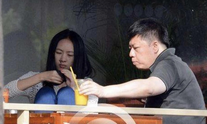 Năm 2013, giới săn ảnh bắt gặp Đồng Dao hẹn hò với doanh nhân Vương Nhiễm tuổi tại một quán cafe, để lộ mối tình bí mật của họ.