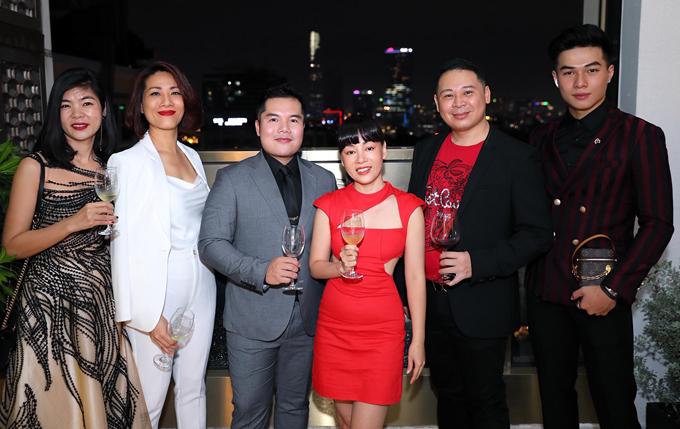 Đạo diễn Hiếu Tâm (thứ hai từ phải qua) là người giúp Hoàng Hải tổ chức thành công show Thương. Diễn viên Kha Vũ (ngoài cùng bên phải) và nhiều bạn bè thân thiết tới chúc mừng nhà thiết kế tài năng.