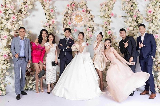 Hoàng Thùy diện váy hồng nổi bật trong đám cưới Thúy Vân.