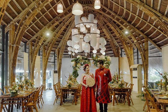 Không gian buổi chụp ảnh được trang hoàng như một đám cưới truyền thống với các chi tiết hài hòa, tinh tế.