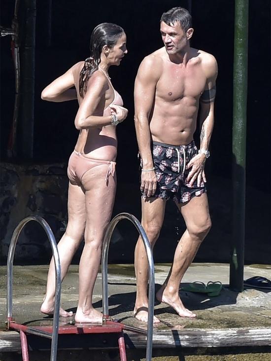 Paolo Maldini và bà xã Adriana Fossa đi nghỉ dưỡng xen giữa hai vòng đấu của Serie A. Ảnh: The Sun.
