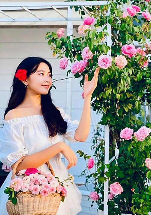Trong mắt mẹ, Lọ Lem là cô bé khéo léo, có gu thẩm mỹ, thích nấu ăn, chăm vườn hoa cùng cha mẹ. Còn Quyền Linh tự hào về con với đức tính tốt biết nhường nhịn, chăm sóc người khác.
