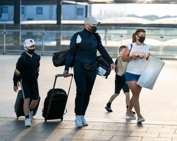 Gia đình Wayne Rooney kéo nhau ra sân bay Gatwick chuẩn bị cho chuyến đi tới vùng biển Caribe ngập ánh nắng hôm 27/7. Cả nhà chàng Shrek tuân thủ quy định đeo khẩu trang nơi công cộng để phòng ngừa đại dịch.