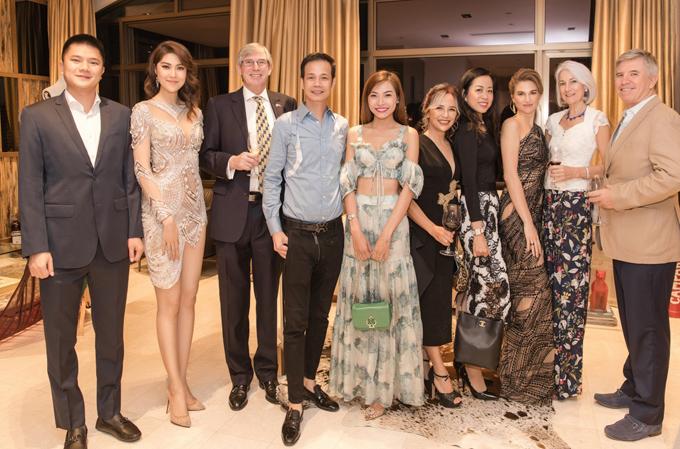 Hoàng Hải chụp ảnh cùng MC Thu Hằng và các vị khách người nước ngoài trong buổi tiệc ấm cúng.