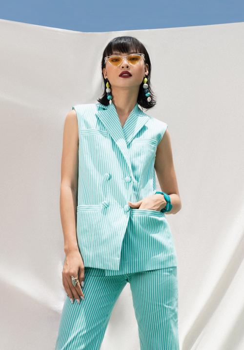 Suit mùa hè với cách kết hợp ăn ý giữa áo cổ vest dáng sát nách đồng điệu với quần suông ống đứng.