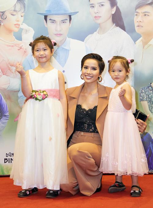 Bella Mai chụp ảnh cùng hai diễn viên nhí đóng vai con của cô.