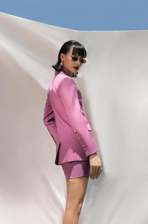 Mốt diện suit vẫn được ưa chuộng trong mùa thời trang mới. Chính vì thế các nhà mốt không ngừng cập nhật các mẫu trang phục mới để giúp phái đẹp thỏa sức chọn trang phục đúng trend.