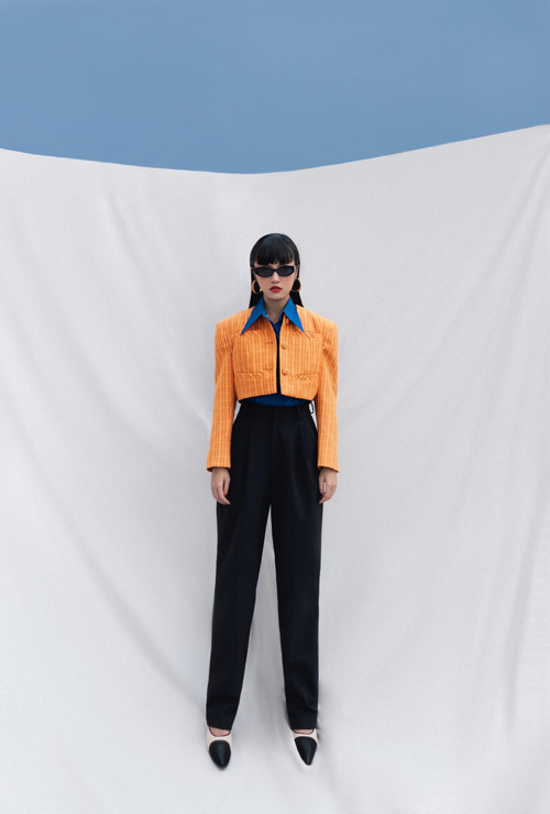 Những kiểu jacket dáng lửng kết hợp cùng quần lưng cao, sơ mi cổ to bản sẽ khiến các nàng công sở sang chảnh hơn đến văn phòng.