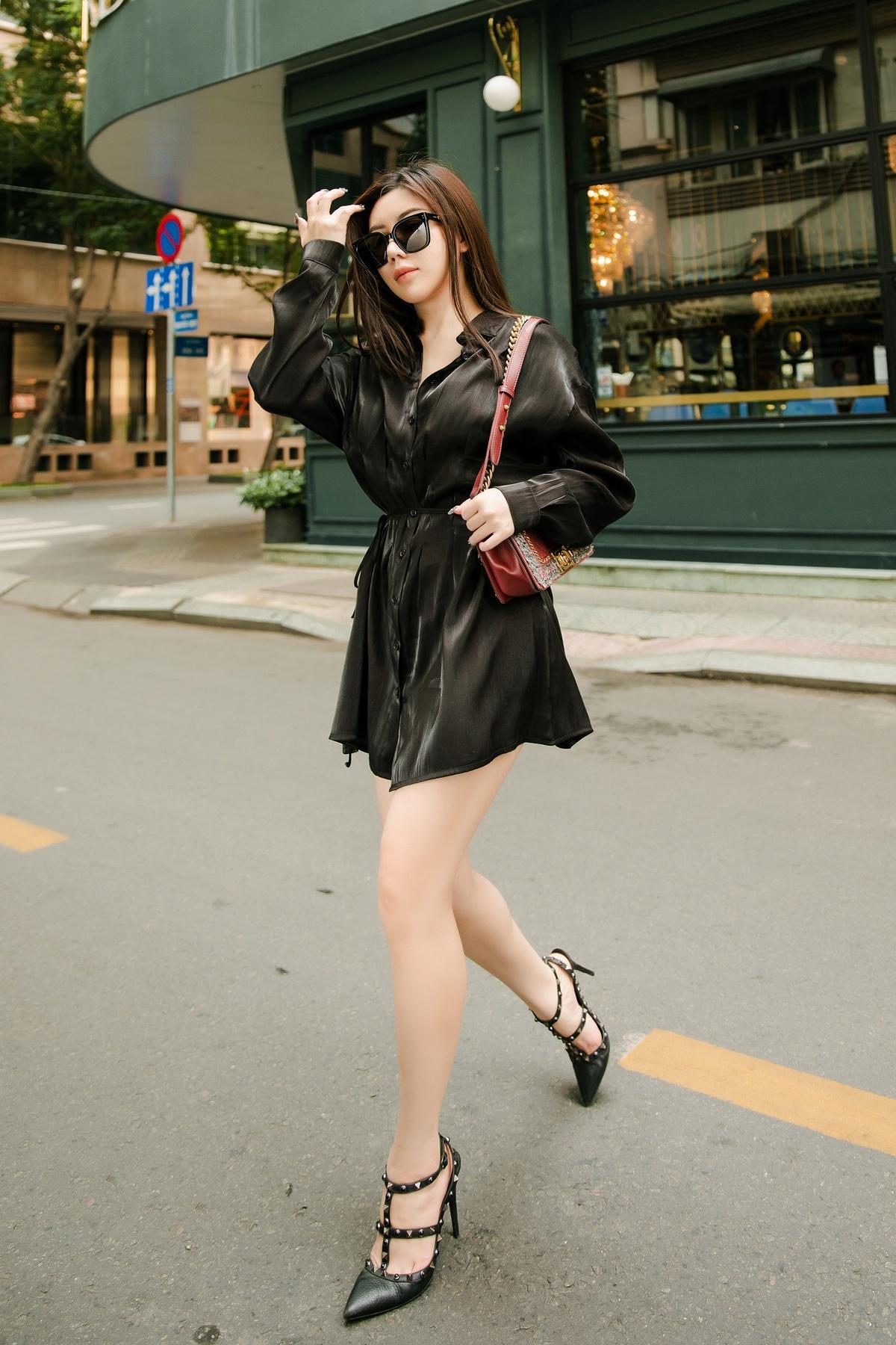 Màu đen luôn là lựa chọn an toàn nhưng đem lại hiệu quả cao trong thời trang. Amanda Baby tạo điểm nhấn cho bộ đồ đơn sắc bằng cách mặc áo giấu quần.