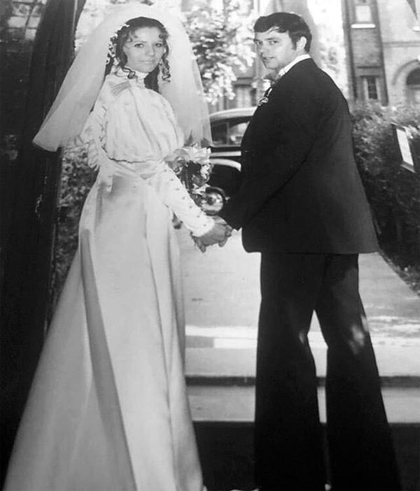 Hôm cuối tuần, Vic đăng ảnh cưới của bố mẹ chúc mừng lễ kỷ niệm vàng 50 năm ngày cưới của họ. Bố mẹ Vic - ông Tony và bà Jackie - bên nhau hạnh phúc nửa thế kỷ trong khi bố mẹ Becks đã chia tay 18 năm nay. Nguồn tin thân thiết với nhà Becks cho biết, Brooklyn rất ngưỡng mộ hôn nhân bền vững của ông bà ngoại và bố mẹ nên cũng mong muốn xây dựng một gia đình lâu dài với Nicola Peltz.
