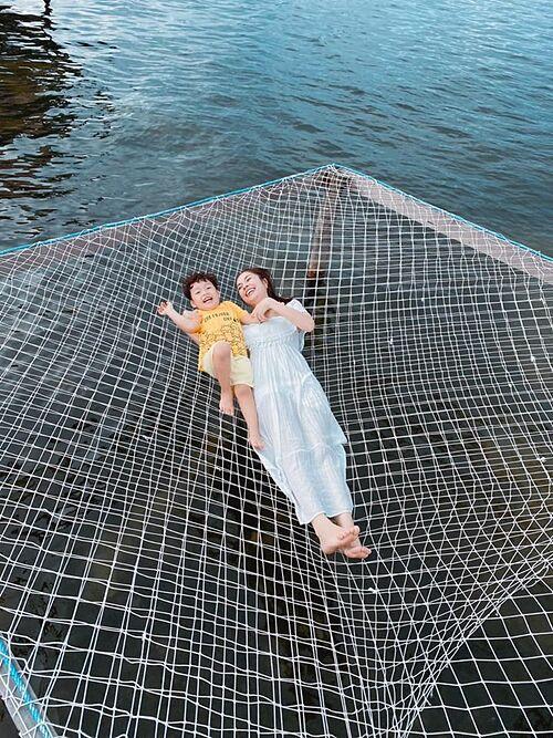 Khoảnh khắc vui nhộn của Dương Cẩm Lynh và con trai trong chuyến du lịch ở Phú Quốc.