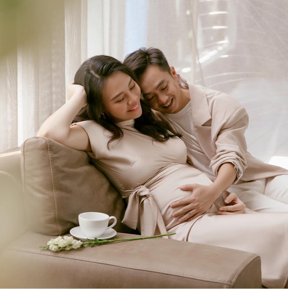 Năm ngoái giờ này còn hồi hộp lắm, còn mi nhon thon thả lắm còn tới năm nay thì... quà ba tặng mẹ to quá, Đàm Thu Trang hài hước khi chia sẻ về niềm hạnh phúc khi mang thai.