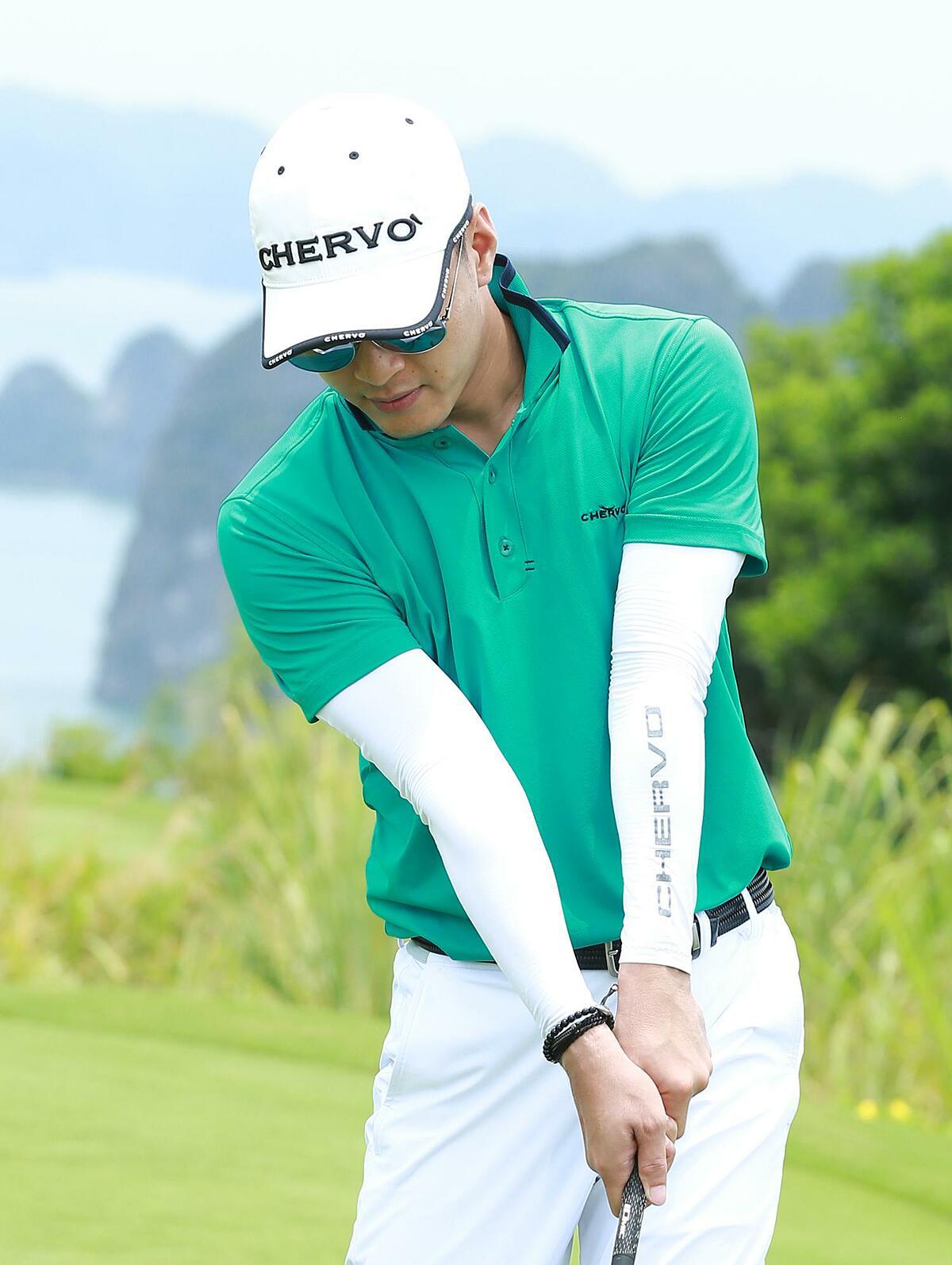 Với các sản phẩm từ thương hiệu thời trang Chervo do HS Golf phân phối, nam diễn viên có thể phối nhiều mẫu quần áo đa dạng với các phụ kiện giày, mũ, kính khác nhau theo phong cách lịch lãm.