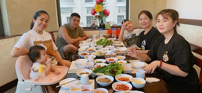 Gia đình Lê Phương đi ăn mừng con gái Bông tròn 11 tháng. Mới đây nữ diễn viên đã đưa con trai từ Trà Vinh lên TP HCM để cả nhà được đoàn tụ. Từ năm học sau Cà Pháo cũng sẽ học ở đây.