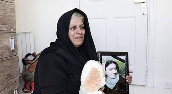 Mẹ của Ghozat ôm di ảnh con gái đòi công lý. Ảnh: FB.