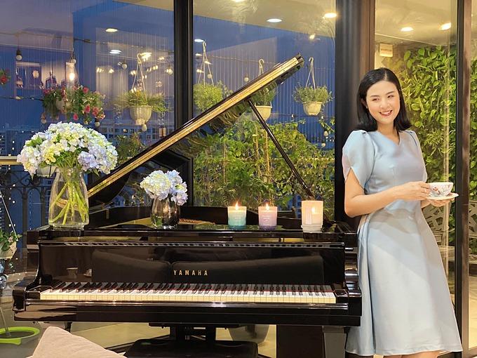 Hoa hậu Ngọc Hân tận hưởng buổi tối lãng mạn với bánh, trà, nến thơm và hoa.