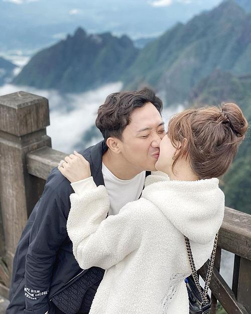 Vợ chồng Trấn Thành - Hari Won tình cảm khi du lịch Sapa.