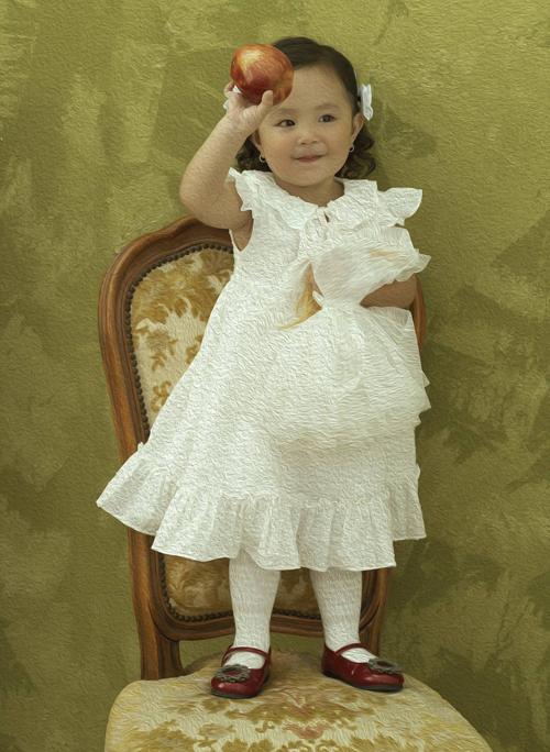 Bé Sophia rất dạn dĩ trước ống kính. Từ lúc lên 1 tuổi nhóc tỳ hay được mẹ cho làm mẫu nhí, chụp nhiều bộ ảnh thời trang.