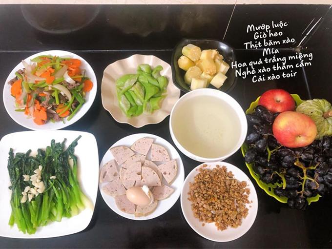 Mỗi tuần, ngoài việc được ba mẹ gửi đồ ăn từ quê ra, chị thường nhờ hàng xóm trông giúp con một lúc để đi chợ từ 2-3 lần, lựa thực phẩm tươi ngon cho cả nhà.