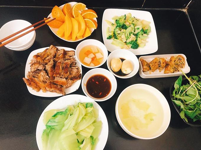 Chị tham khảo thêm các công thức nấu ăn ngon ở các hội nhóm nấu ăn, học hỏi các món ngon ở nhà hàng để tái hiện trong bữa ăn gia đình.