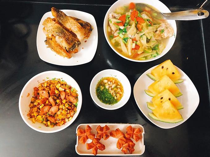 Là người thích nấu nướng từ nhỏ nên Trang không nề hà với chuyện củi, dầu, mắm muối, đứng bếp trong tiết trời nóng nực.