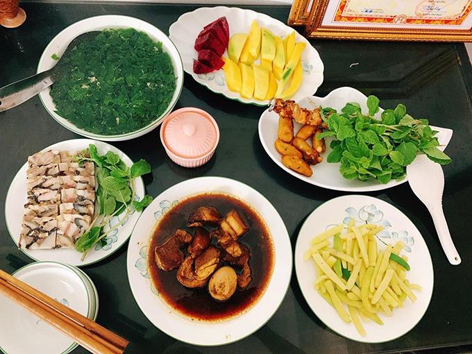 Một bữa cơm khác của hai vợ chồng có thịt kho trứng, thịt đông, canh rau ngót, thịt xiên nướng, đậu đũa. Động lực để Trang tiếp tục cho ra đời các món ăn ngon là niềm vui, hạnh phúc của người thân khi thưởng thức món ăn chị trổ tài.