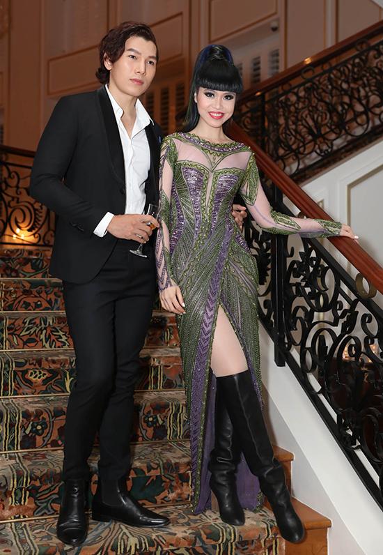 Chân dài Jessica Minh Anh cũng bị chê bởi đôi boots da cổ cao hoàn toàn không ăn nhập với dầm dạ hội đính kết cầu kỳ.