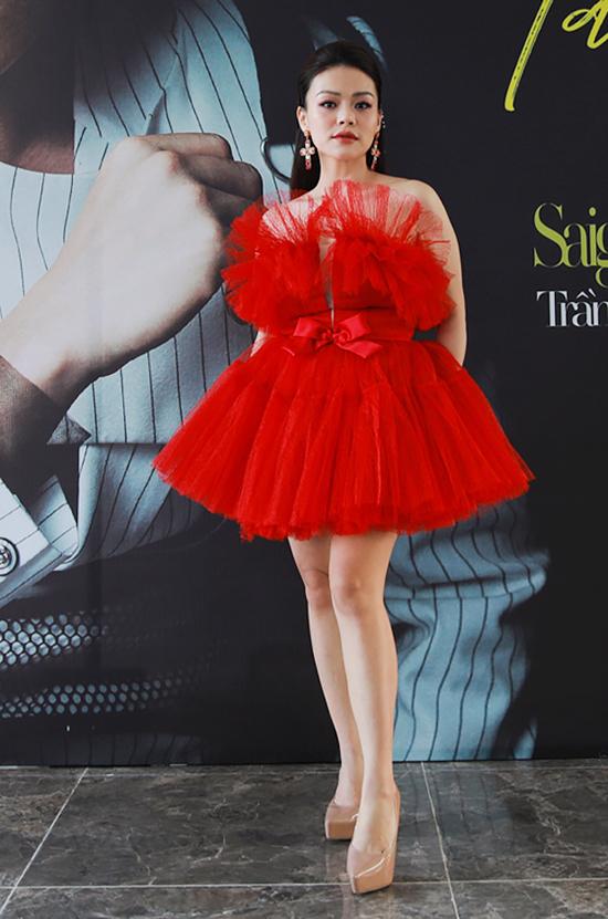 Mẫu váy búp bê xếp lớp lồng phồng khiến Hải Yến Idol trông càng tròn trịa, đồng thời tạo ngấn ở phần dưới ngực.