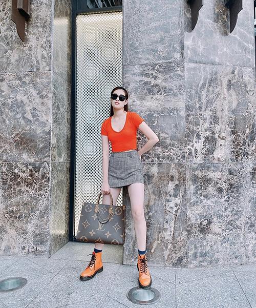 Những mẫu váu áo, giày tôn nét năng động cũng được Khánh Vân lựa chọn.